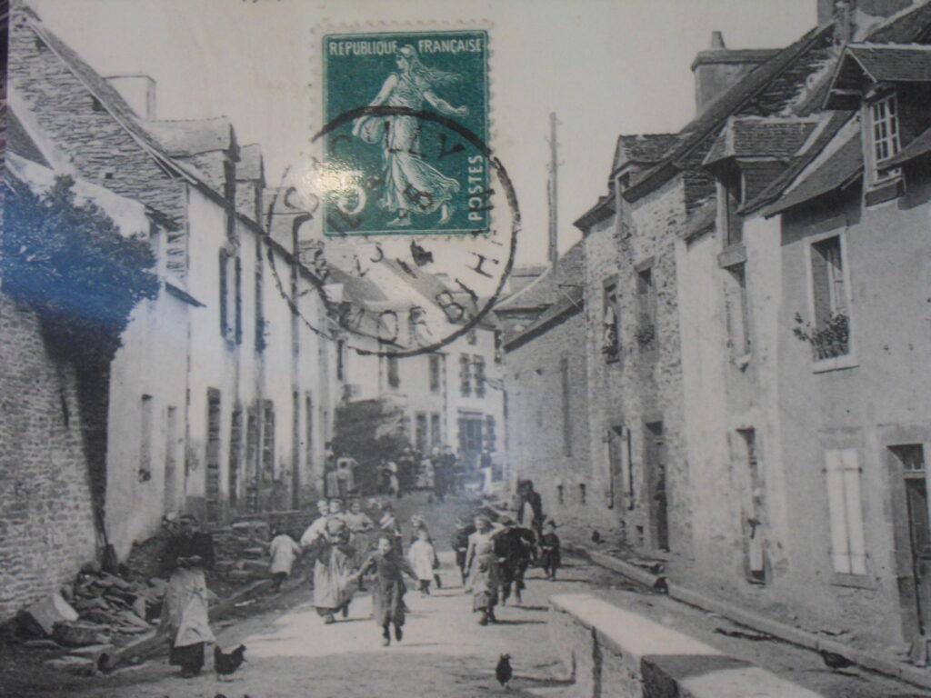 Photo ancienne d'une rue de la ville de La Gacilly sur fond de carte postale