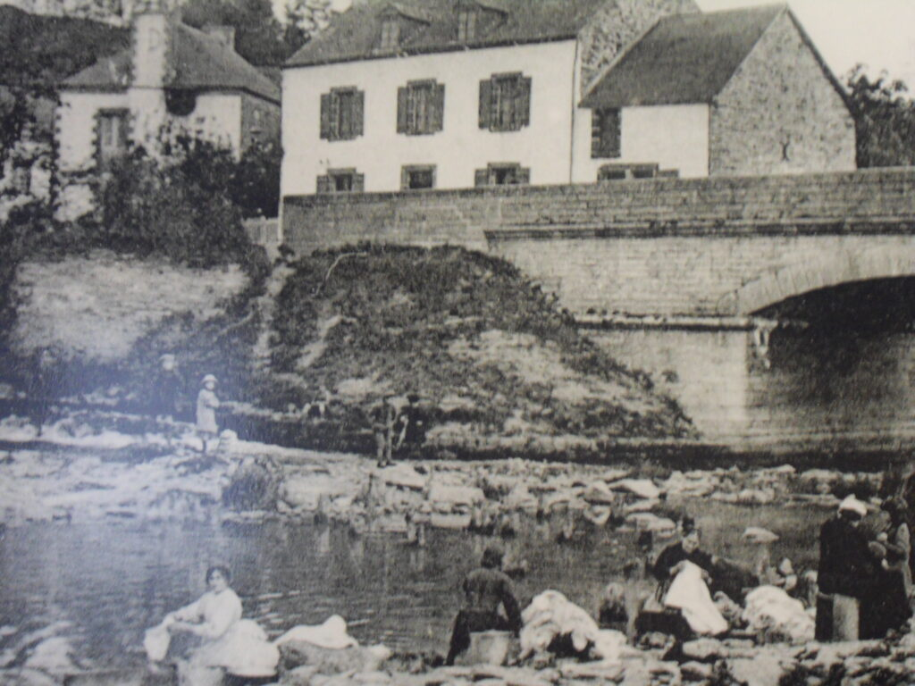 Photo ancienne du pont de la ville de La Gacilly sur fond de carte postale