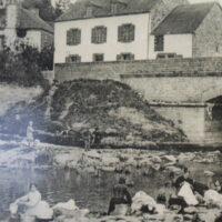 Photo ancienne du pont de la ville de La Gacilly sur fond de carte postale