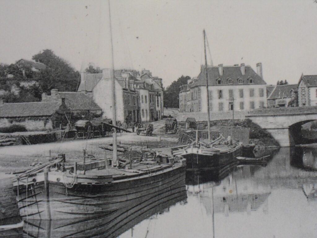 Photo ancienne de la ville de La Gacilly sur fond de carte postale