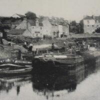 Photo ancienne de la ville de La Gacilly sur fond de carte postale